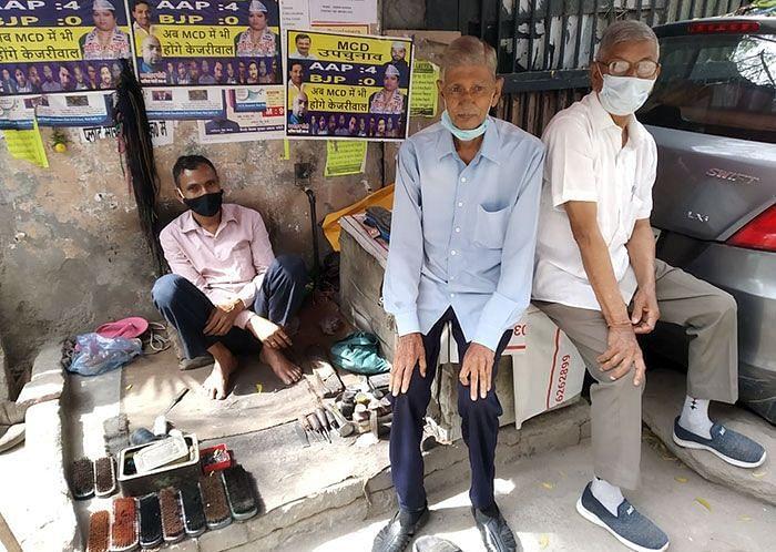 Khajan Singh Saini and Dhyanchand Singh Saini at a cobbler, near Jeevan Hospital and Nursing Home in Delhi's Sunlight Colony. (Photographer: Anoo Bhuyan/IndiaSpend)