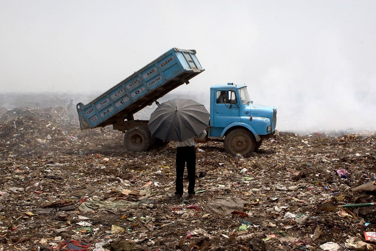 Dumping at the Municipal Corporation of Delhi's landfill site on the outskirts of New Delhi. (Photographer: Sanjit Das/Bloomberg News)