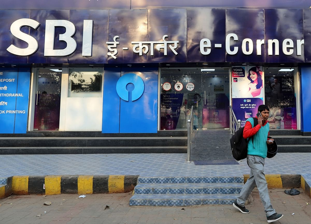 India Bad Loan Ruling Weighs as Banks Retreat Across Asia