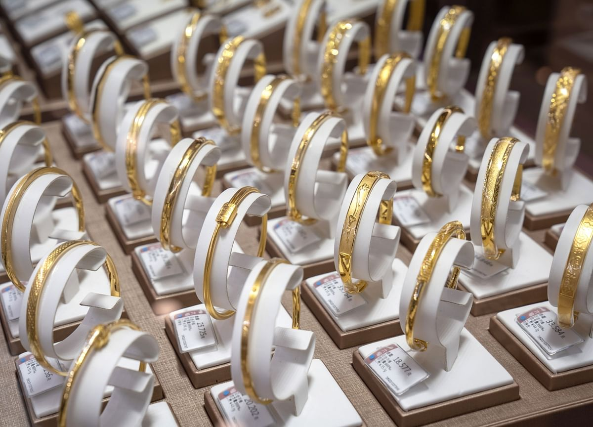 Gold Pares Weekly Drop as Dollar Wavers and Yield Gains Ebb
