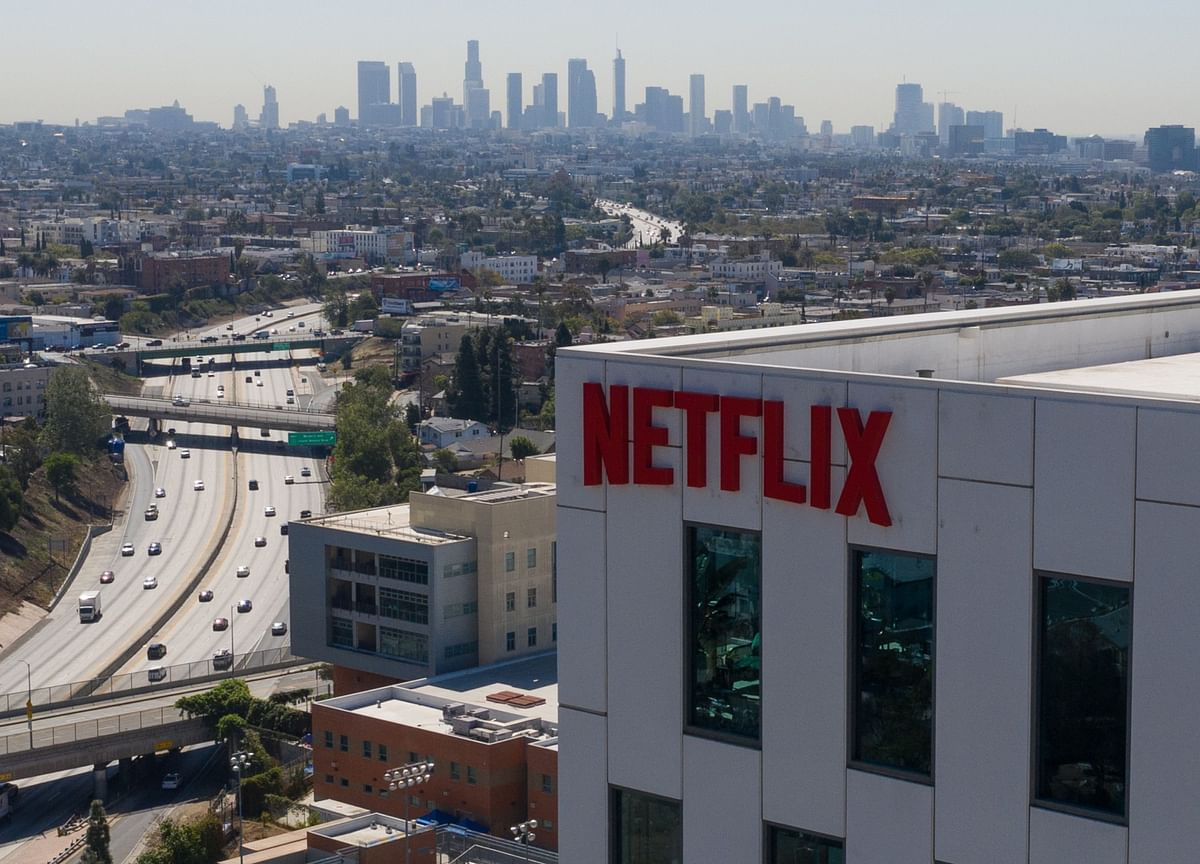 Netflix Falls After Pandemic Boom Reverses to Rare Weakness