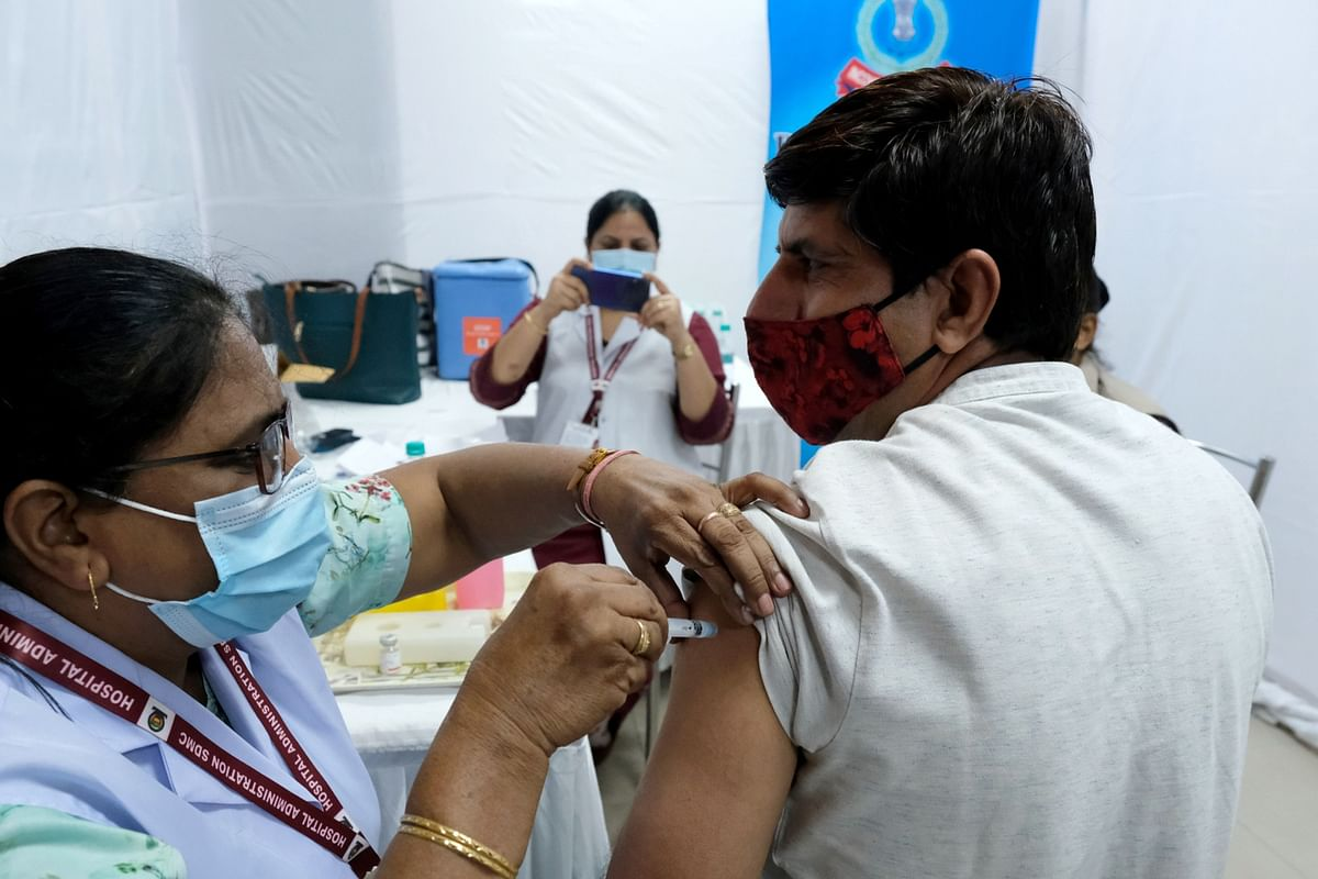 Health workers administer a dose of the Bharat Biotech Ltd. Covaxin vaccine to an employee at the Central Revenue building in New Delhi, India, on April 12, 2021. (Photographer: T. Narayan/Bloomberg)