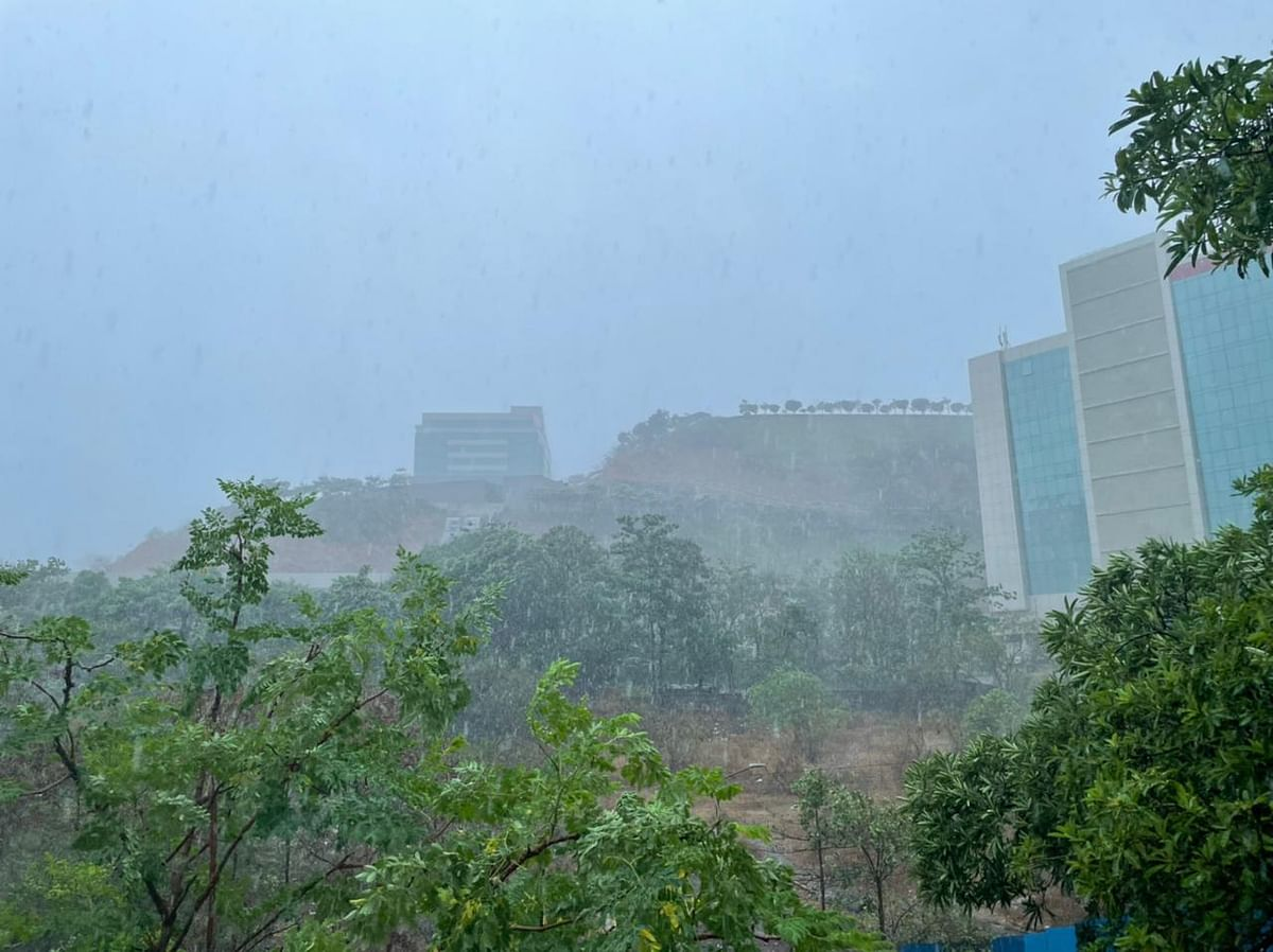 """<div class=""""paragraphs""""><p>Heavy rains and strong winds lash Goregaon in Mumbai. (Source: BloombergQuint)&nbsp;</p></div>"""