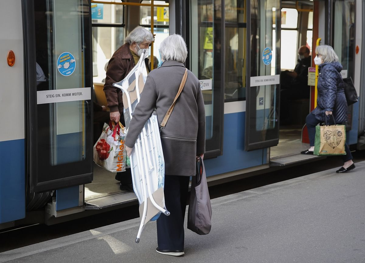 After the Pandemic,a Wave of Spending by Older Consumers