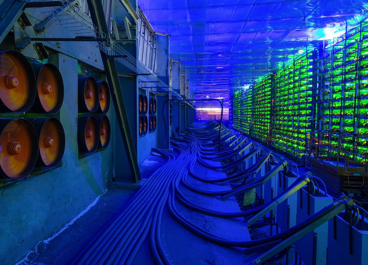 World's Top Bitcoin Mining-Rig Maker Halts Sales as Clients Flee