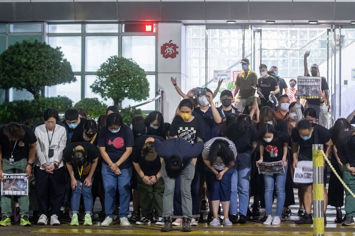 """<div class=""""paragraphs""""><p>Apple Daily workers bow outside the newspaper's headquarters, after publishing its final edition, in Hong Kong, on June 24, 2021. (Photographer: Paul Yeung/Bloomberg)</p></div>"""
