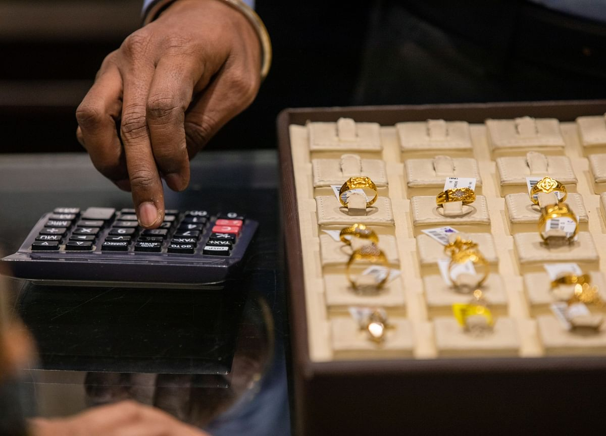 Gold Drops to 10-Week Low as Dollar Gains on Haven Demand