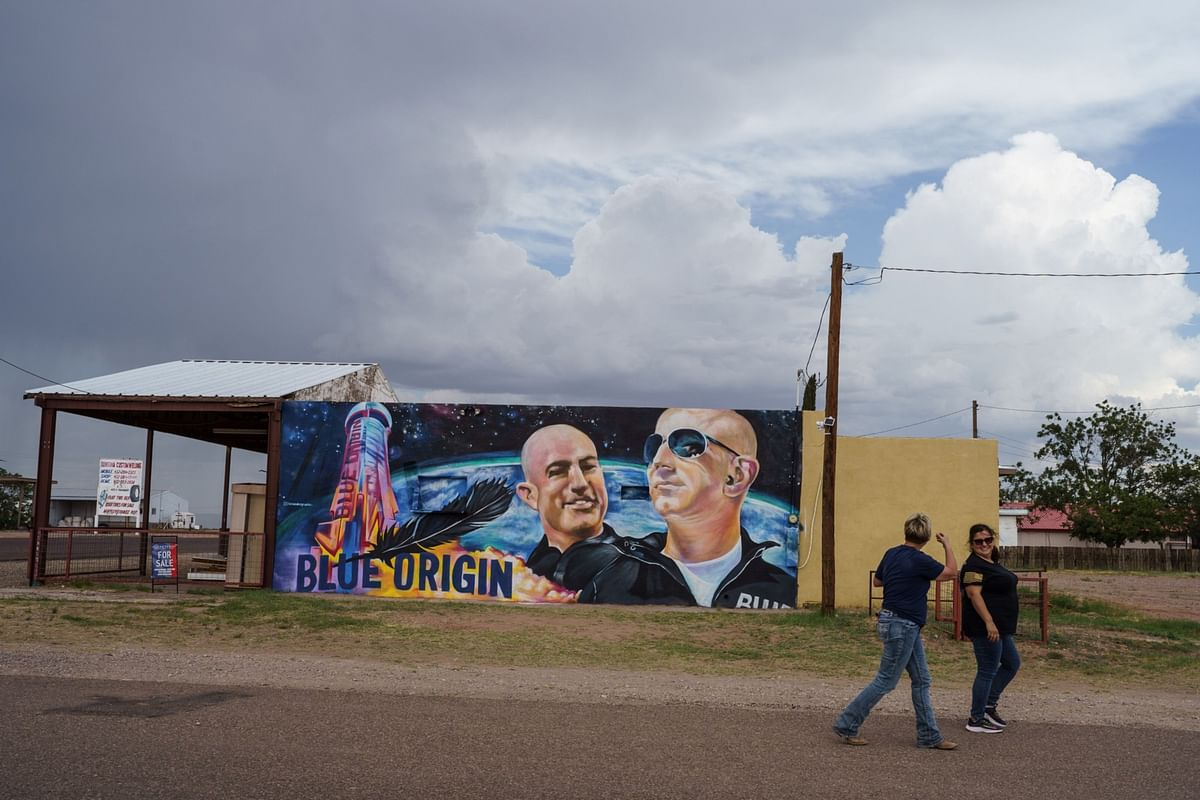 Bezos's Space Base Coexists Uneasily With Middle-of-Nowhere Town
