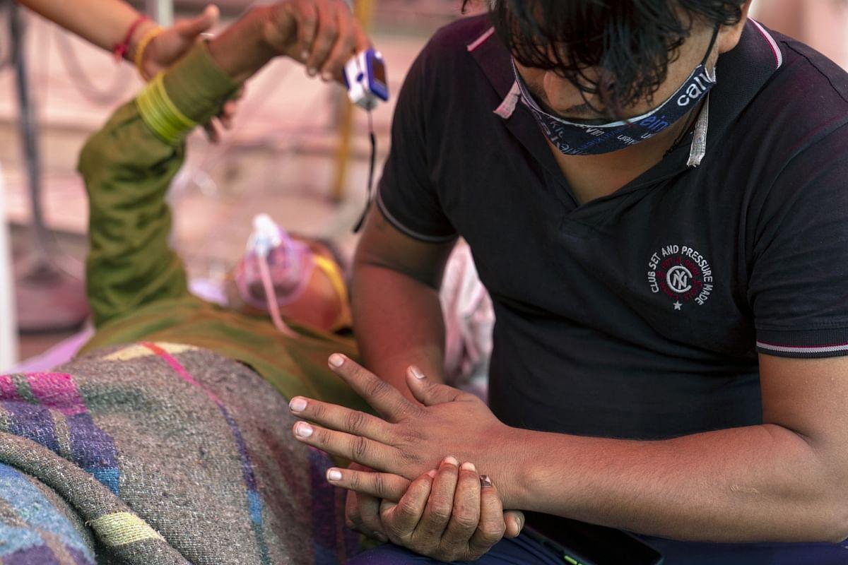 "<div class=""paragraphs""><p>Relatives attend to a Covid-19 patient receiving free oxygen at the Shri Guru Singh Sabha Gurudwara in the Indirapurma township of Ghaziabad, Uttar Pradesh. (Photographer: Sumit Dayal/Bloomberg)</p></div>"