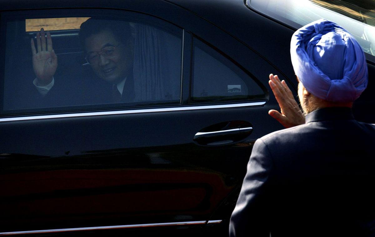 "<div class=""paragraphs""><p>Chinese President Hu Jintao waves to Prime Minister Manmohan Singh, at Rashtrapati Bhavan, in New Delhi, on Nov. 21, 2006. (Photographer: Amit Bhargava/Bloomberg News)</p></div>"