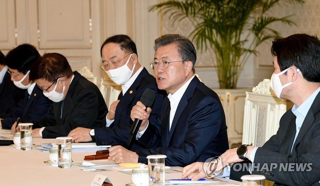 Moon to hold 1st emergency economic council session against <b>coronavirus</b> impact