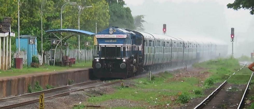 कोरोनामुळे (Covid 19) कोकण रेल्वे (Konkan Railway) महामंडळाला तब्बल 360  कोटी रुपयांचा फटका बसल्याची माहिती मंडळाच्या सूत्रांनी दिली.