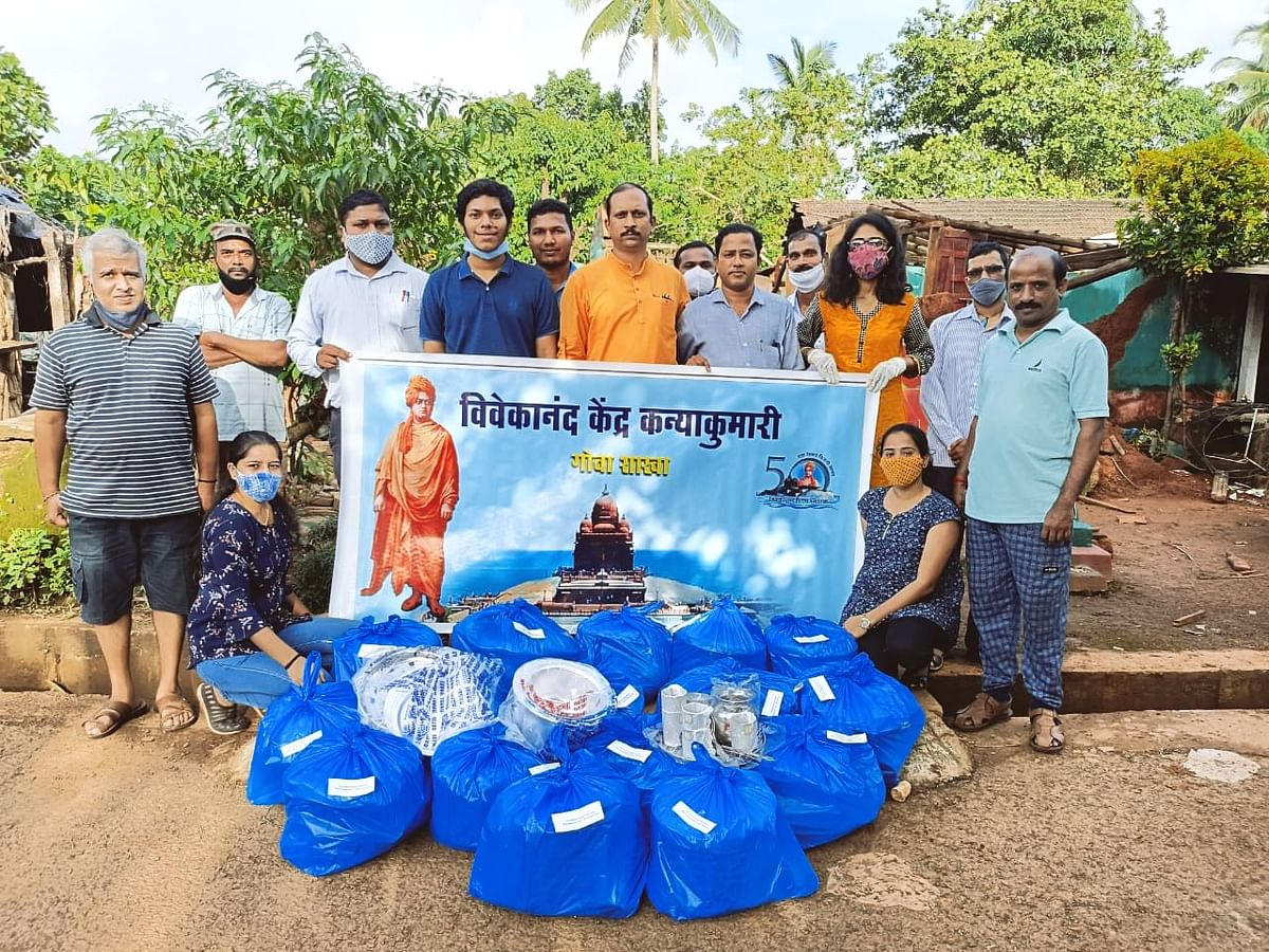 Goa: Valpoi Congress Distributing essential things to those who suffered loss during recent floods