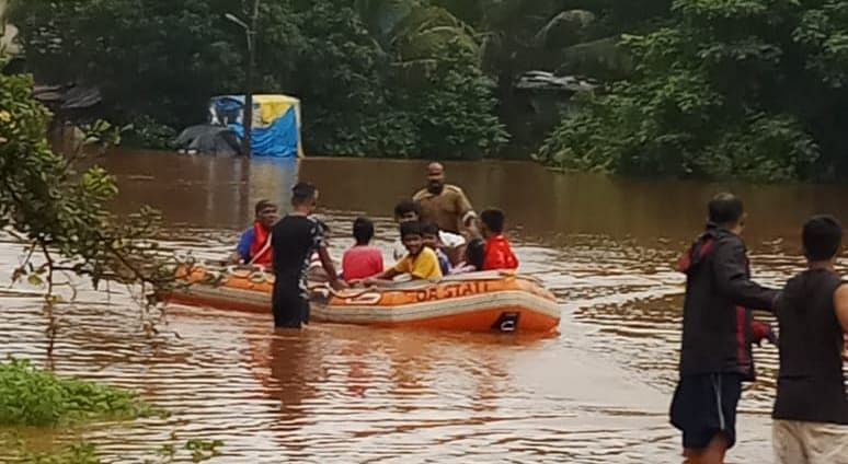 पाणी घरात शिरल्यामुळे नागरिकांना बोटीतून सुरक्षित स्थळी स्थलांतरीत करण्यात आले आहे