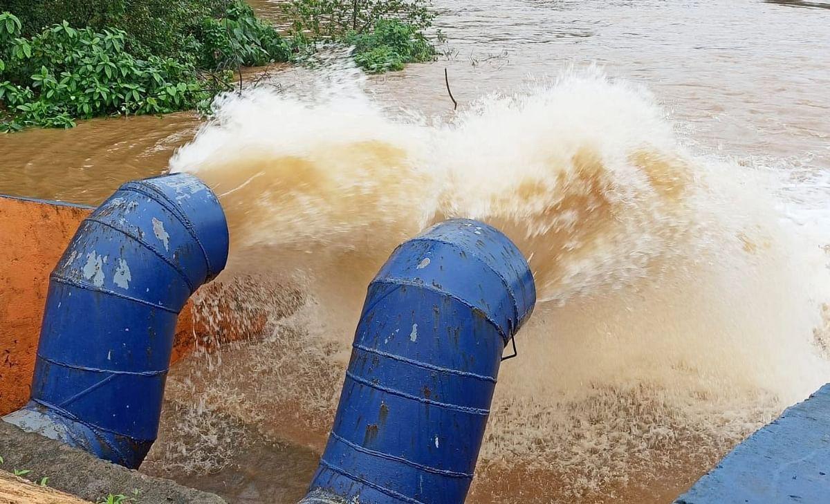 साखळी बाजारातील पाणी पुरवठा विभागाचा पुरनियंत्रक दोन्हीही पंप चालू केले.