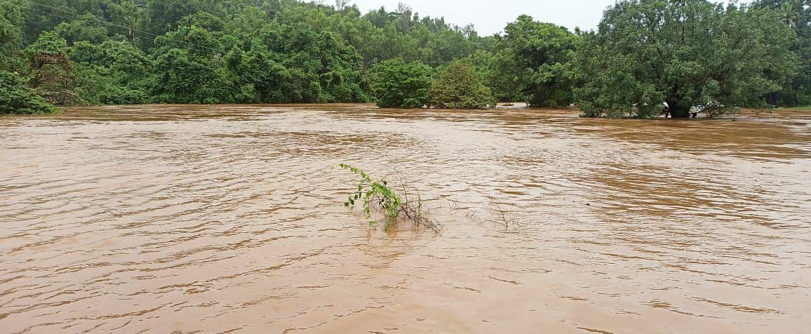 साखळी येथील वाळवंटी नदी तुडुंब भरल्याने पुराचाधोका वाढला