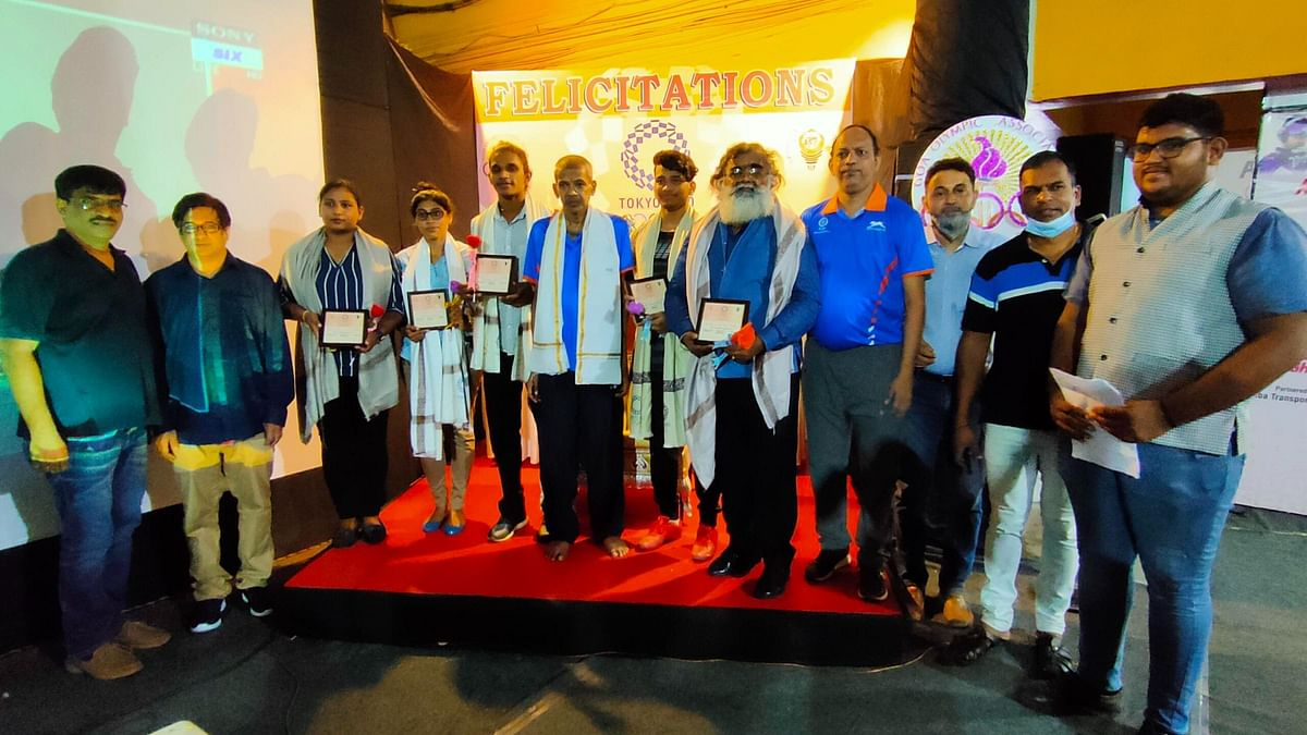 Olympics Awareness Programme: Honored fencers with dignitaries.