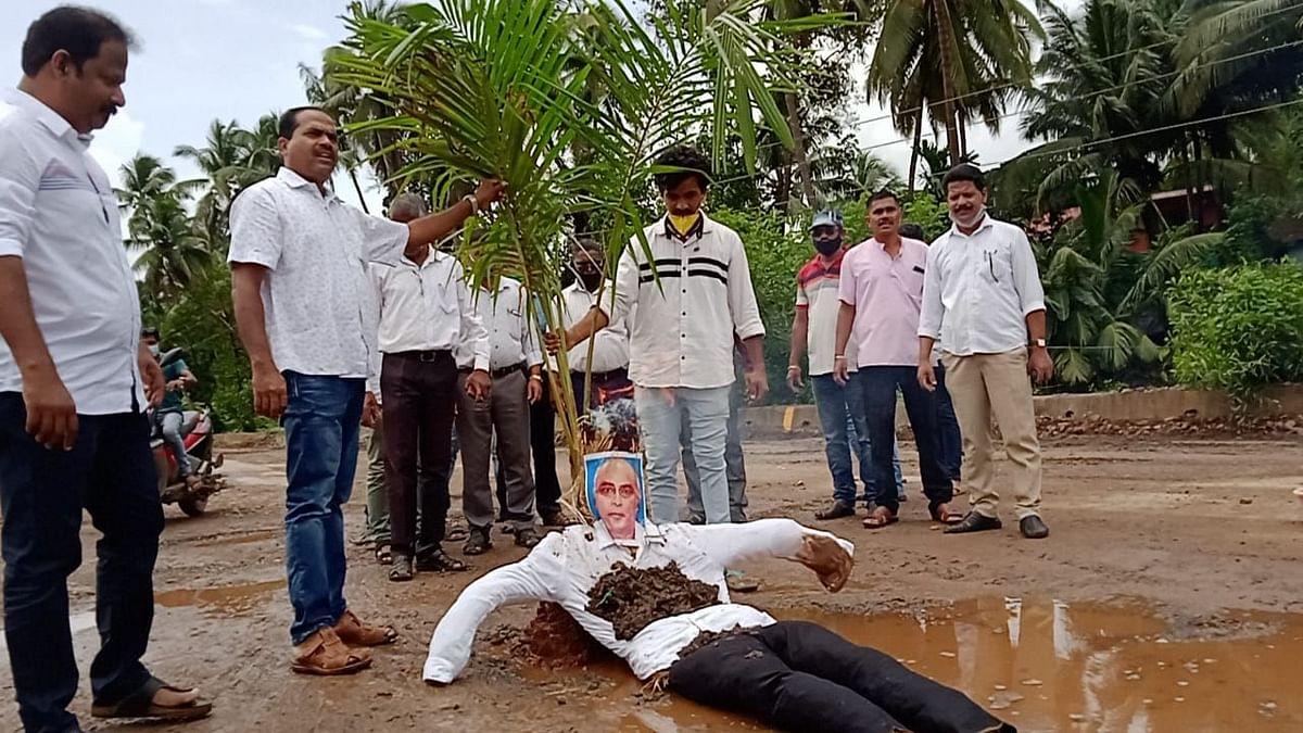 Goa: रस्त्यांवरील खड्ड्यांतच 'बाबूं'च्या प्रतिमेचे दहन अन् मगोचे भजन