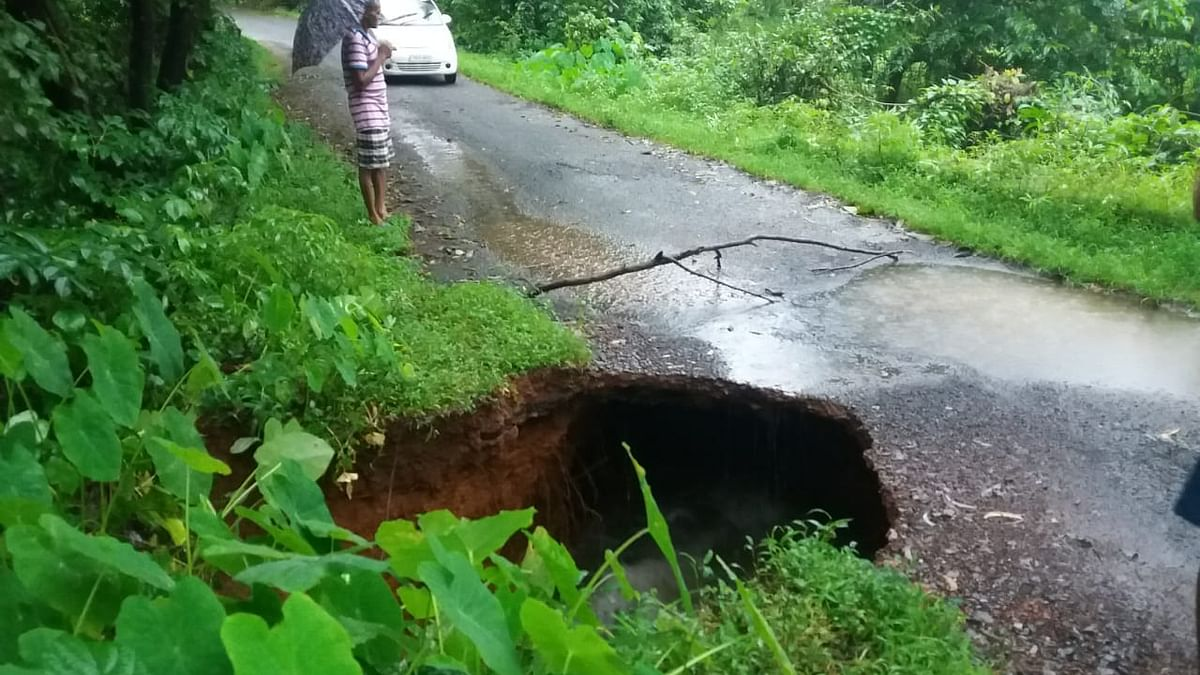 Goa: पेळावदा रावण येथील रस्ता खचल्याने गावाचा संपर्क तुटला