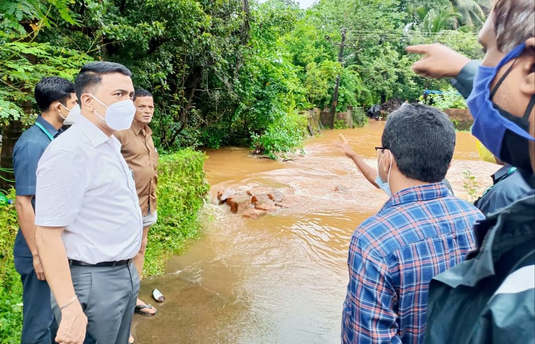 मुख्यमंत्री डॉ.प्रमोद सावंत यांची सुपाचीपुड- हरवळे पुरग्रस्त भागाला भेट देऊन पाहणी केली