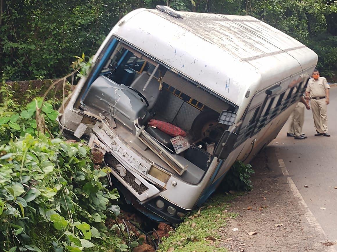 ट्रकचे ब्रेक फेल झाल्यामुळे चालकाचे नियंत्रण सुटले आणि रस्त्याच्या एका बाजूला हा ट्रक उलटला.