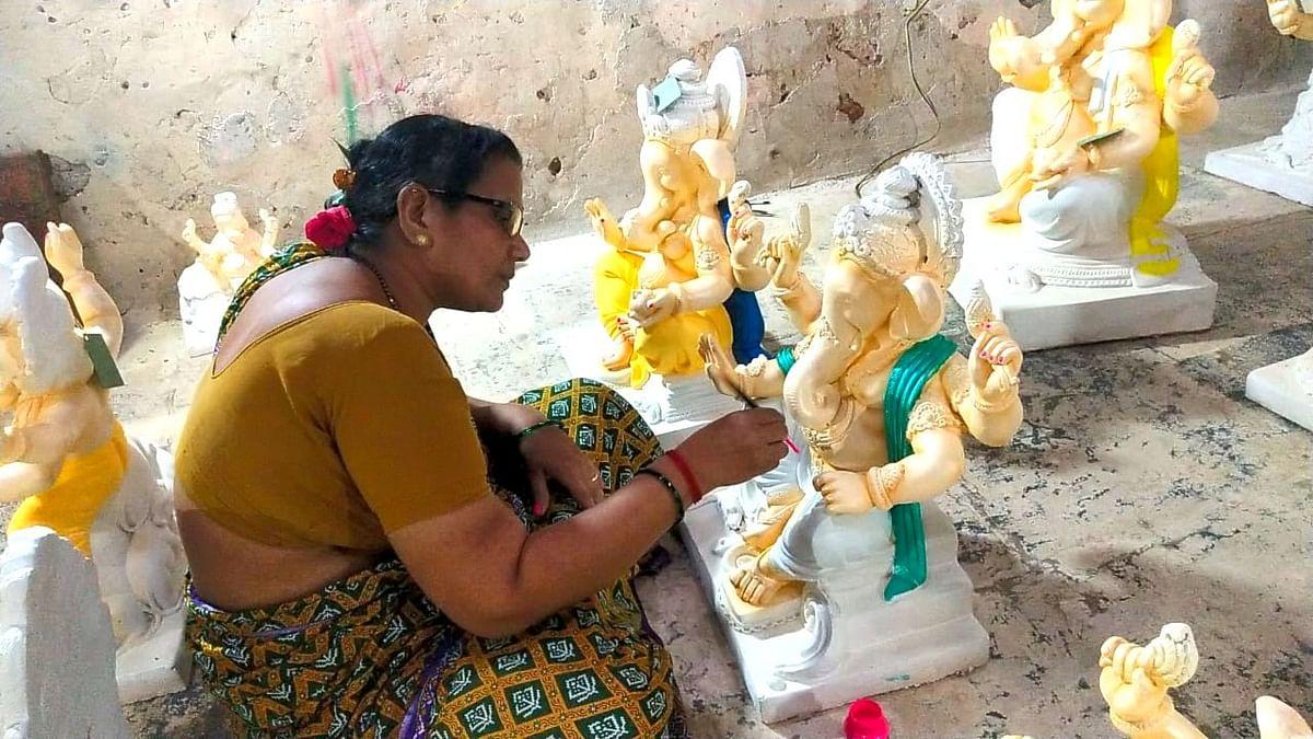Goa: पेडणेच्या नगरसेविका रमल्या गणेशमुर्त्या रंगवण्यात