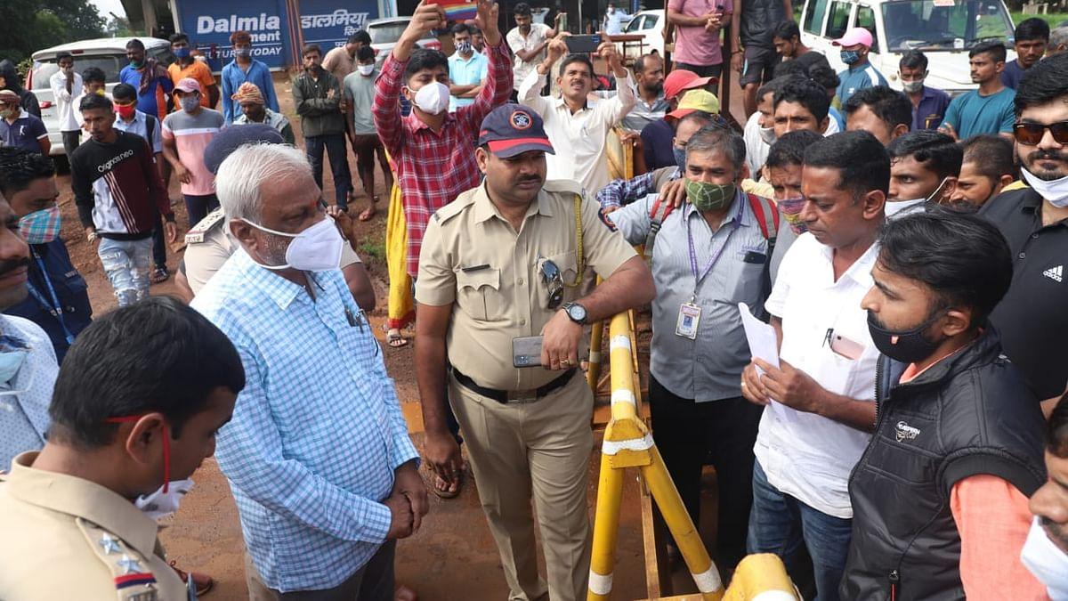 चंदगड तालुक्यातील लोकांचे कर्नाटकात प्रवेशासाठी आंदोलन