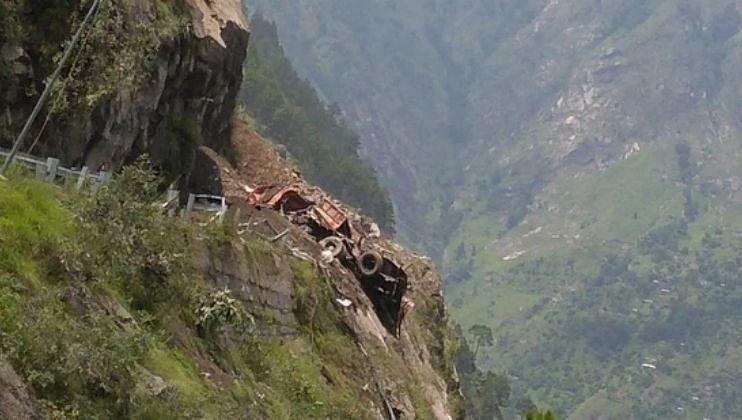 Video: हिमाचलमध्ये दरड कोसळली,40 पेक्षा अधिक लोक अडकल्याची भीती