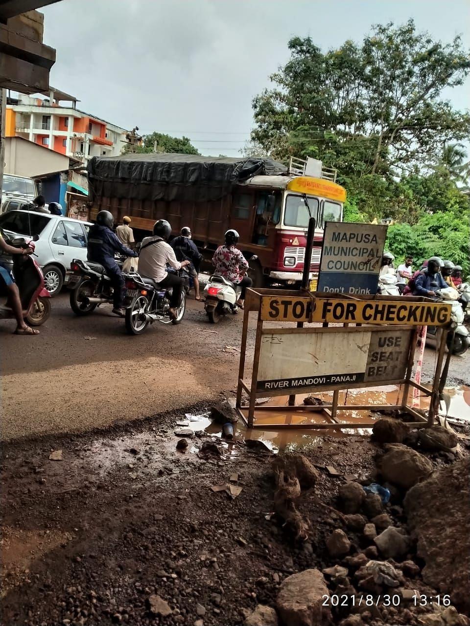 Goa: करासवाडा जंक्शनवर चालकांची कसरत
