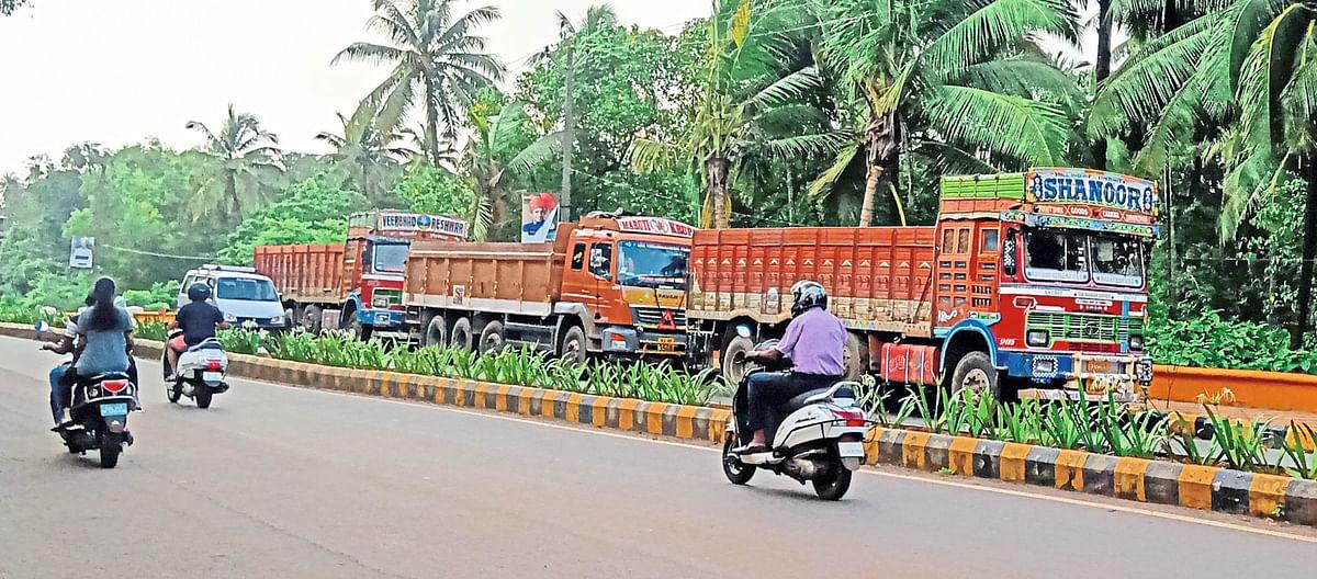 Goa: डिचोली बगलमार्गावर अवजड वाहनांचे पार्किंग