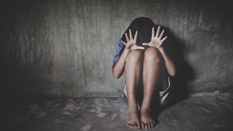 शिक्षकच बनला भक्षक; 9 वर्षांच्या मुलीवर VIDEO दाखवून केला लैंगिक अत्याचार