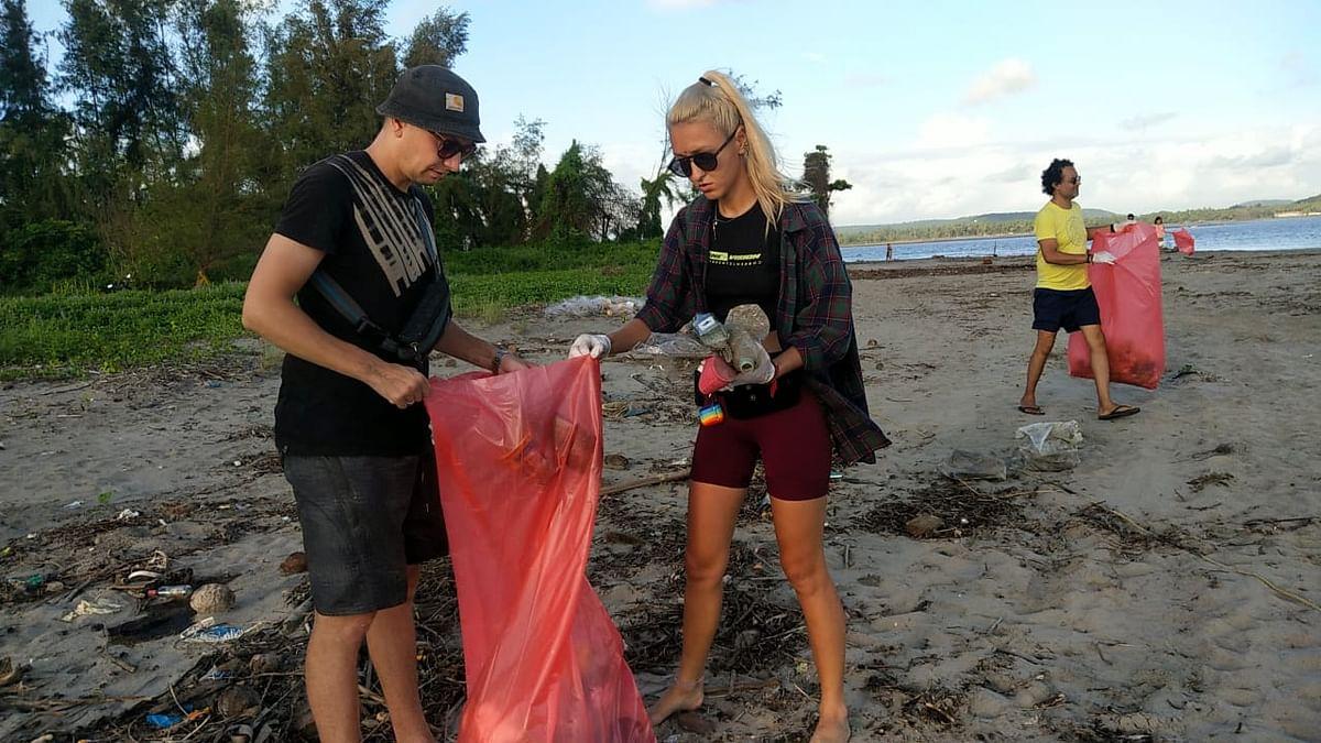Goa: विदेशी पर्यटक लागलेत कचरा गोळा करण्याच्या कमाला...