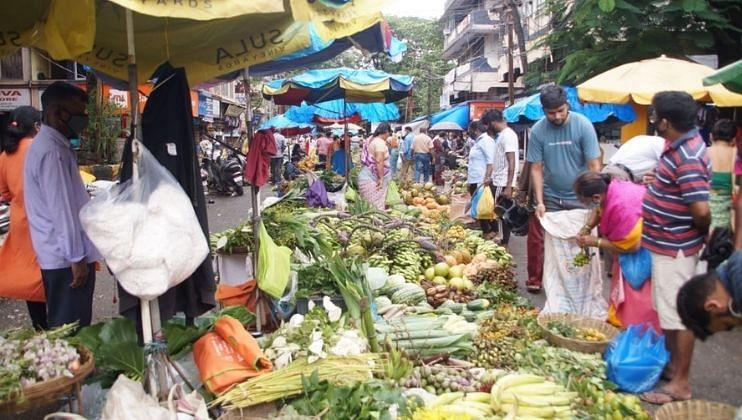 बाजारात नागरिकांची  खरेदीसाठी झालेली गर्दी  पाहायला मिळत आहे.