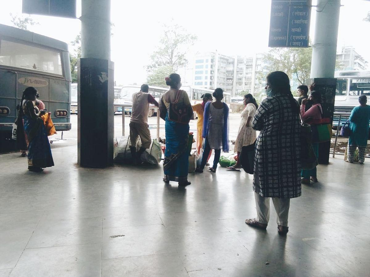 पणजी कदंबा स्थानकावर बसची वाट पाहत ताटकळत बसलेले वास्कोतील प्रवाशी