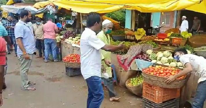डिचोली येथे रस्त्याच्या बाजूला बसलेल्या  विक्रेत्यांना हुसकावताना पोलिस (Goa)