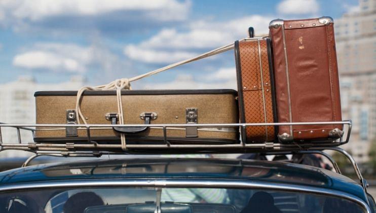 स्थानिक हॉटेल व्यवसायिकांना कायदा सुव्यवस्था तसेच कोवीड संदर्भात घ्यावयाच्या दक्षतेसंदर्भात मार्गदर्शन करतांना हणजुणचे पोलीस निरीक्षक सुरज गांवस