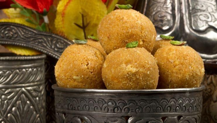 3) घरी बनवलेले बेसनचे लाडू सुद्धा बाप्पाला अर्पण करता येतात. प्रसाद म्हणून घरी बनवलेले बेसनचे लाडू घरात सर्वांना आवडतील.