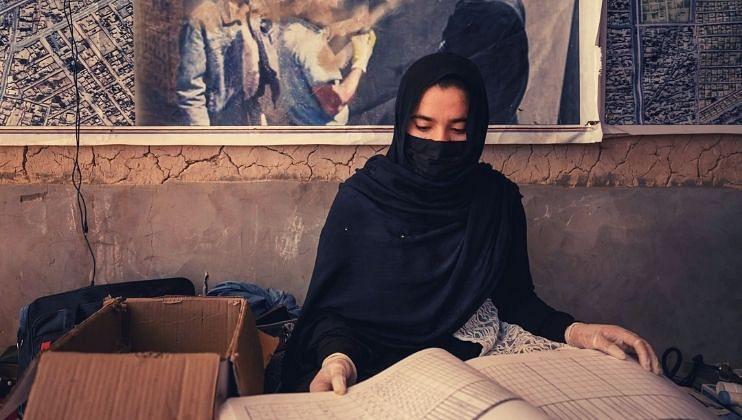 तालिबान्यांचा 'महिला द्वेष', कामावर परतण्यासही बंदी !