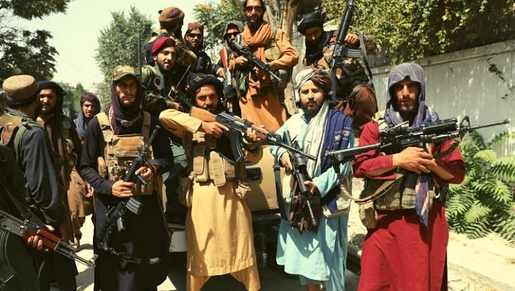 तालिबान्यांची क्रूरता; 'आधी अफगाण सैनिकाचा शिरच्छेद'.. नंतर केसांना धरुन बनवला व्हिडिओ