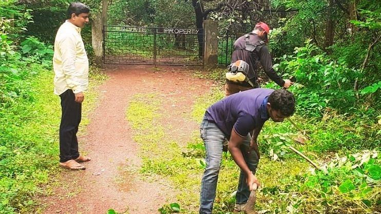 Ganesh Chaturthi 2021: गणपती विसर्जन स्थळी जाणाऱ्या पायवाटेची साफसफाई