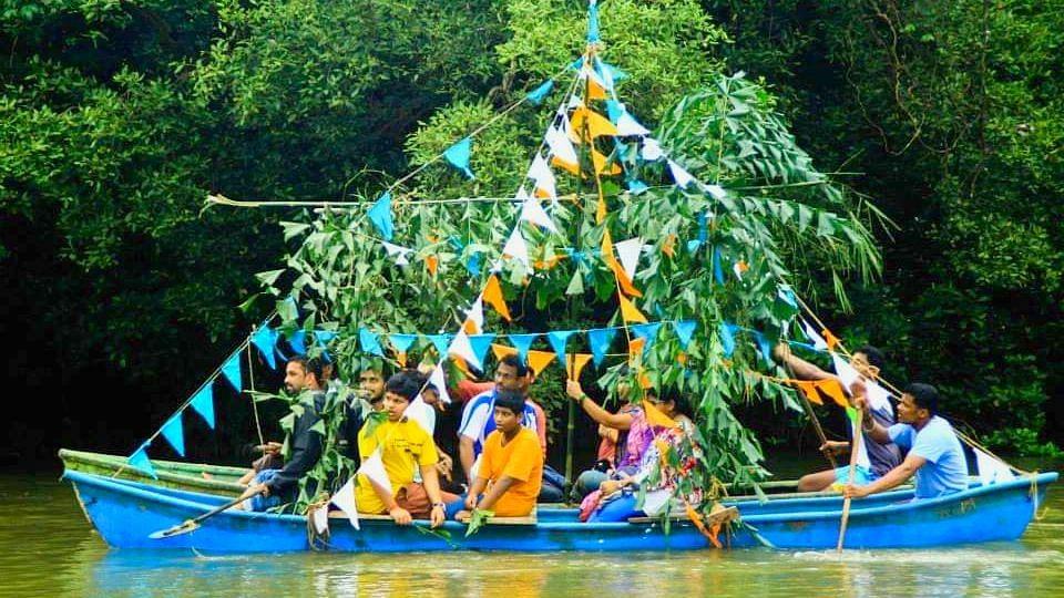 सांगोडोत्सवात सहभागी केलेली पताक्यांनी सजवलेली नौका