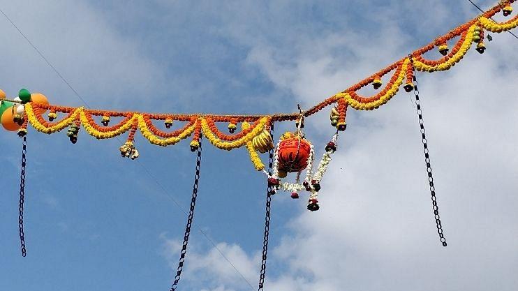 गोव्यातील साळ नदीच्या पात्रात दहीहंडी उत्सव जल्लोशात