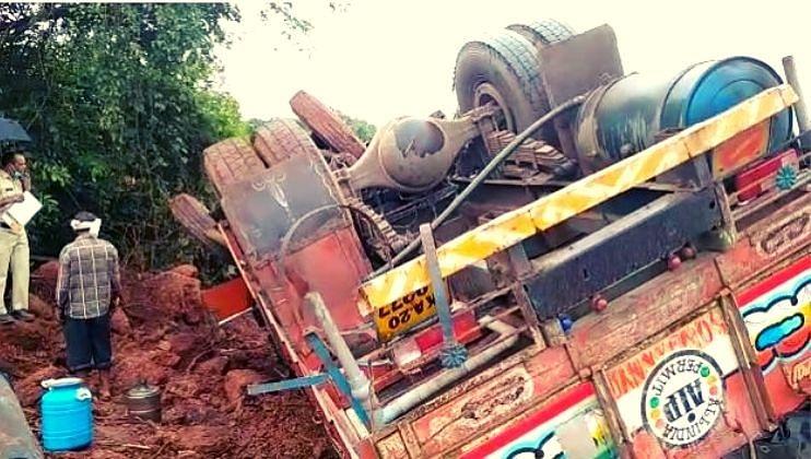 मुंबई-गोवा महामार्गावर अपघाताचे सत्र सुरुच, मालवाहू ट्रक उलटला