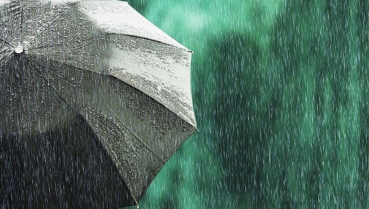 पुढील तीन दिवसांत दक्षिण, पश्चिम आणि उत्तर भारतातील अनेक भागांमध्ये मुसळधार पाऊस (Rain) पडण्याची शक्यता भारतीय हवामान विभागाकडून (IMD) वर्तविण्यात आली आहे.