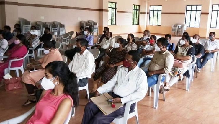 बैठकीला उपस्थित असेले पंचायत सचिव व आरोग्य केंद्राचे कर्मचारी