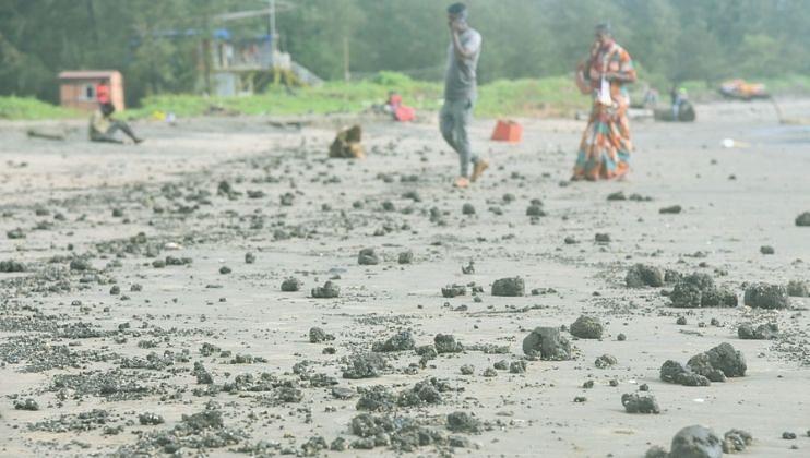 Goa: मिरामार किनाऱ्यावर मोठ्या प्रमाणात तेल गोळे आल्याने किनारा काळवंडला