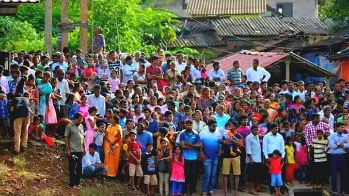 सांगोडोत्सव पाहण्यासाठी जमलेली लोकांची गर्दी