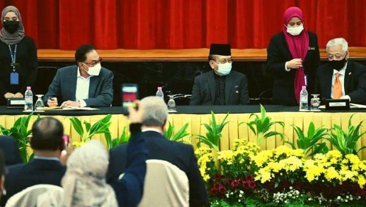 मलेशियाच्या नव्या पंतप्रधानांची राजकीय स्थिरतेसाठी ऐतिहासिक करारावर स्वाक्षरी