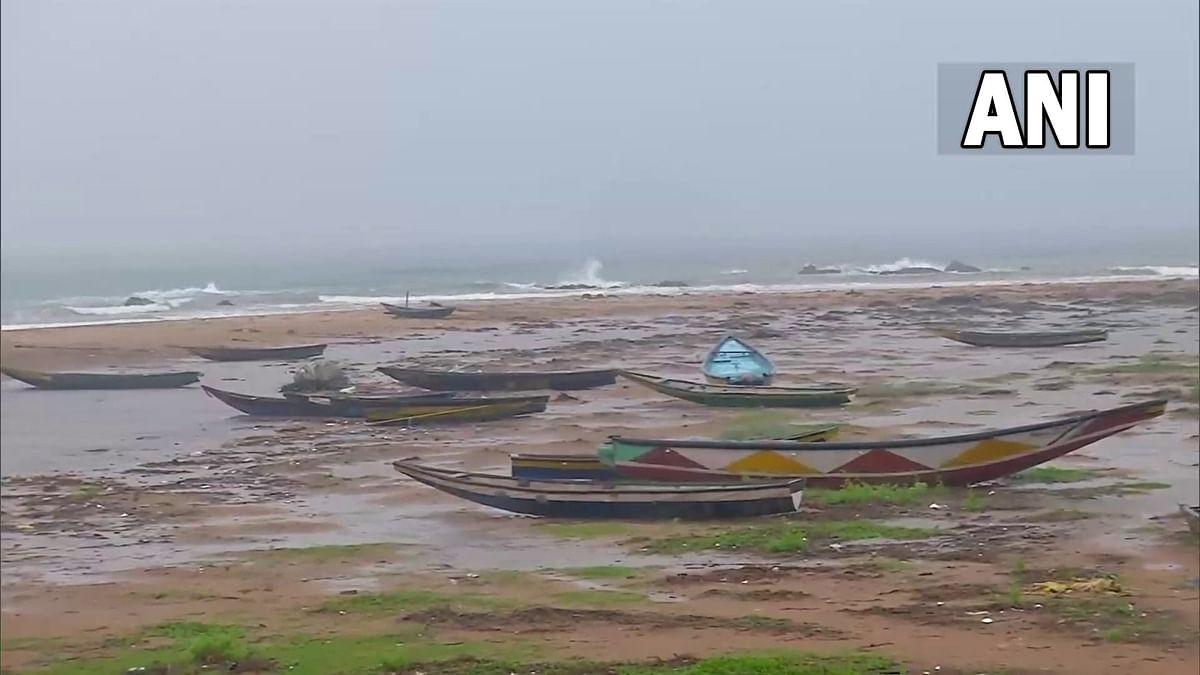 'गुलाब' चक्रीवादळाची आंध्र प्रदेशातील किनारपट्टीला दस्तक देण्यास सुरुवात