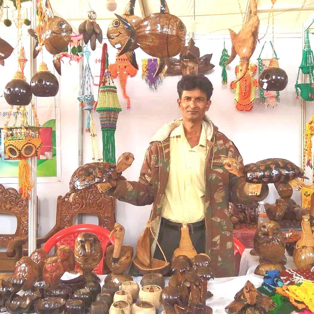 राष्ट्रीय महामार्गावर बसलेले बिगर गोमंतकीय फळ विक्रेते (Goa )
